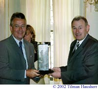 Mr. Vivian receiving the Leipzig Award from Mr. Beckstein.  Photo � 2002 Tilman Hausherr